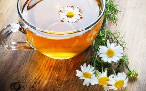 Чай мелису и цветки ромашки