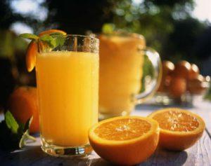 целому фрукту перед выжатым соком