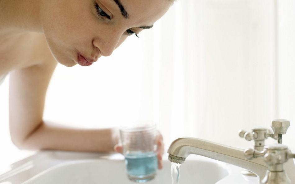 раз в неделю полоскание рта солевым раствором несколько