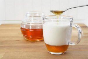 от гастрита мед с коровьим молоком