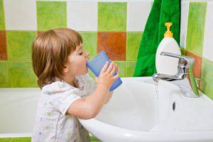 При лечении кашля регулярно полоскать горло