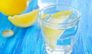 поможет снизить давление стакан теплой воды с растворенными в нем ложкой меда и сока лимона