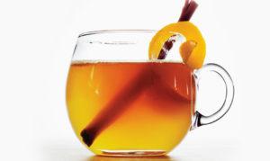 Лечение горла коктейль, в состав которого входит мед, половина лимона и бурбон
