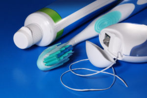Профилактика флюса чистить зубы, полоскать рот, применять нити
