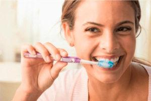 почистить зубы после приема пищи, рекомендуется